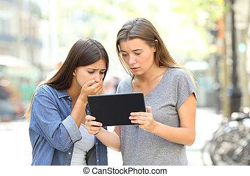 bezorgd, vrienden, lezende , online nieuws, in, een, tablet