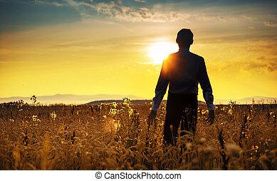 bezvětrný, obchodník, walking towards, ta, východ slunce