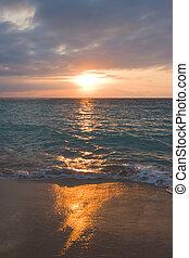 bezvětrný, oceán, a, pláž, dále, obrazný, východ slunce