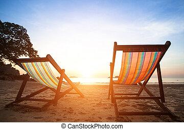 bezvadný, concept., loungers, prázdniny, břeh, opuštěný, moře, pářit se, východ slunce, pláž