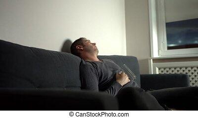 bière, homme, night., abattre, ivre, devant, verre, tv, endormi