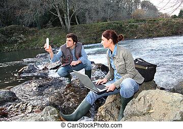 biólogos, prueba, agua, de, natural, río