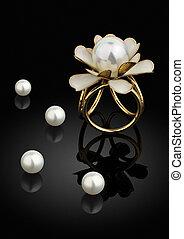 biżuteria, złoty, ring, z, perła, na, czarne tło, z, odbicie