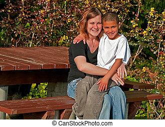 bi-racial, année vieille, fils, sourire, 8, mère, caucasien, jeune