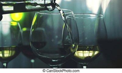 białe wino, lał, do, szkło, w, powolny ruch, na, przedimek określony przed rzeczownikami, święto, stół, z, światła, bokeh, na, przedimek określony przed rzeczownikami, tło., 1920x1080