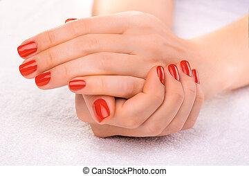 biały ręcznik, czerwony, manicure