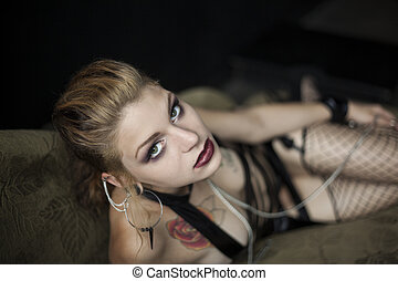 biancheria intima, donna, lei, giovane, divano, dire bugie