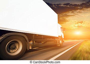 bianco, camion, su, il, strada asfaltata
