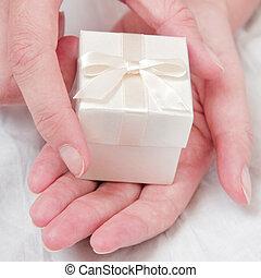 bianco, regalo, mano