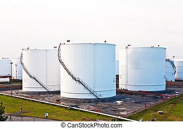 bianco, serbatoi, per, benzina, e, olio, in, serbatoio, fattoria, con, cielo blu