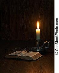 bibel, lesende , kerzenschein