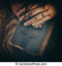bibel, weinlese, kreuz, closeup, halten hände