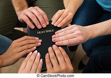 bible, tenue, saint, gens