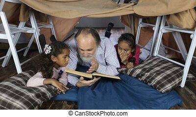 bible, vieux, lecture, petits-enfants, homme