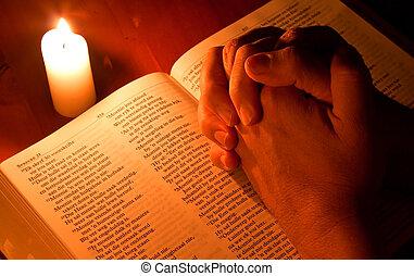 biblia, által, gyertya csillogó, noha, kezezés összehajt, alatt, könyörgés