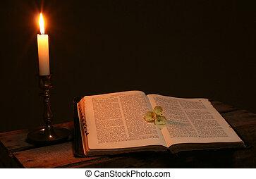 biblia, devocionario, vela