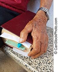 biblia, stary, ręka, closeup, asian, dzierżawa, człowiek
