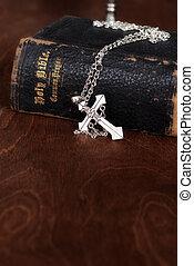biblia, z, srebro, krzyż