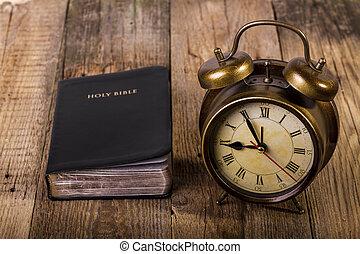 biblia, z, zegar, na, drewno