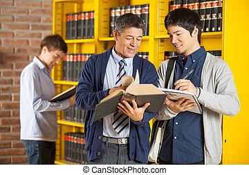 bibliotecário, ajudar, estudante universitário, biblioteca