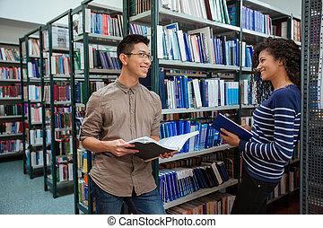 biblioteka, rozmawianie, studenci