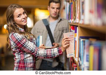 bibliothèque, étagère, livre, étudiant, prendre, heureux