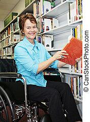 bibliothécaire, dans, fauteuil roulant