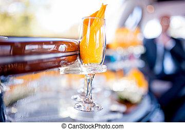 bicchiere champagne, in, limousine, giorno matrimonio,...