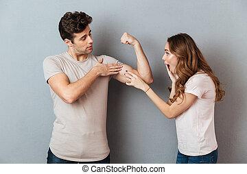 biceps, jego, pokaz, młody, zaufany, sympatia, zdumiony, człowiek