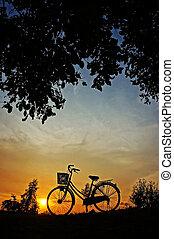 bicicleta, em, pôr do sol