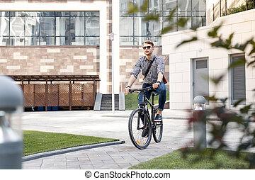bicicleta equitação, homem jovem, agradável