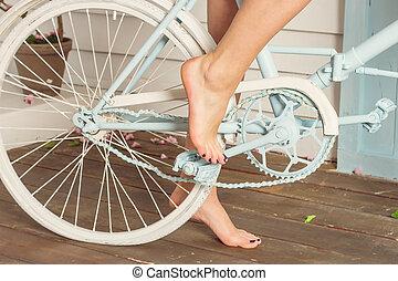 bicicleta, pé nu, pedal, vista traseira
