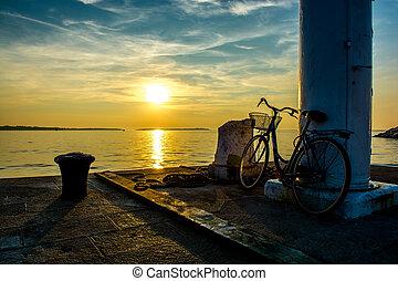 bicicleta velha, ligado, jetty, em, pôr do sol