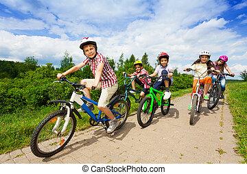 bicicletas, capacetes, crianças, junto, montando