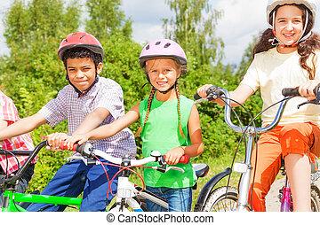 bicicletas, capacetes, crianças, três, sentando