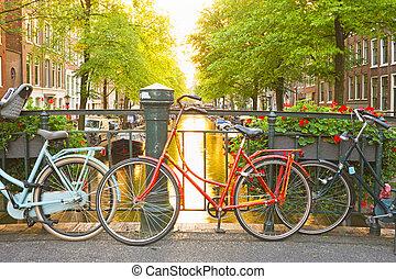 bicicletas, en, el, puente, en, amsterdam, países bajos