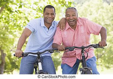 bicicletas, sonriente, hombres, dos, aire libre