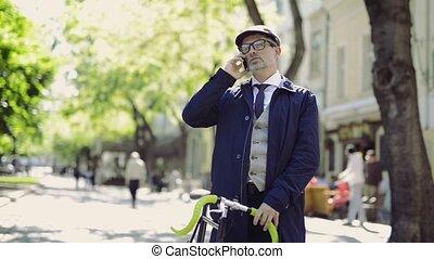 bicicletta, smartphone, city., maturo, uomo affari