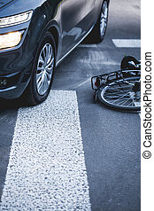 bicikli, elterül következő to, egy, autó, képben látható, a, gyalogos kereszteződnek