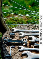 bicikli, rendbehozás, eszközök, képben látható, fából való, háttér., bicikli, megjavítás, zöld, kívül, háttér.