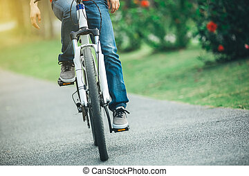 biciklista, elnyomott bicikli, alatt, tropikus, liget