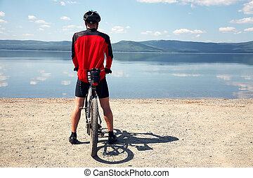biciklista, képben látható, a, tengerpart, közül, egy, hegy tó