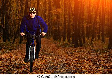 biciklista, lovaglás, a, bicikli
