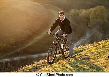 biciklista, lovaglás, a, bicikli, képben látható, a, gyönyörű, eredet, hegy, nyom