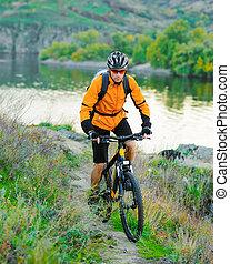 biciklista, lovaglás, a, bicikli, képben látható, a, gyönyörű, hegy, nyom