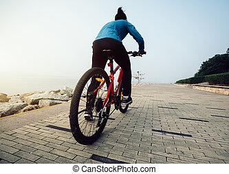 biciklista, lovaglás, hegy bicikli, képben látható, a, lesiklik