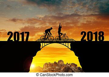 biciklista, lovaglás, keresztül, a, bridzs, bele, a, újév, 2018.