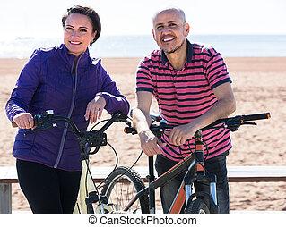 bicycles, dojrzała para