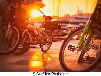 bicycles, in, ondergaande zon , licht