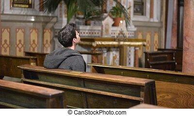 biddend, jonge man, kerk